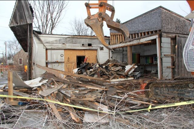 Ernie's Garage being demolished